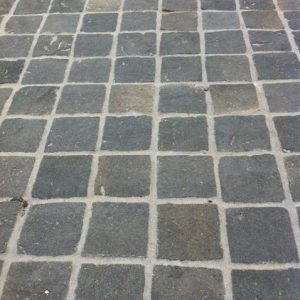 Bluestone%20Cobble%20Flooring%20100x100x40-50mm[1]